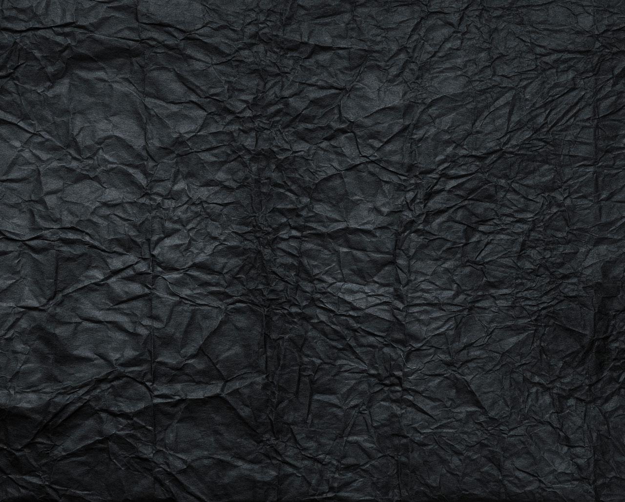 divoké texty - pokrčené černé papíry