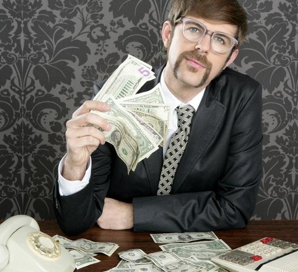 Geek vestido como consultor de negocios