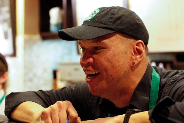 Un miembro del personal que trabaja en Starbucks.